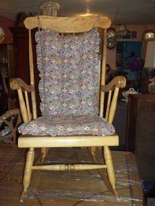 Chaise ber ante antique coussin chaises fauteuils for Chaise bercante antique