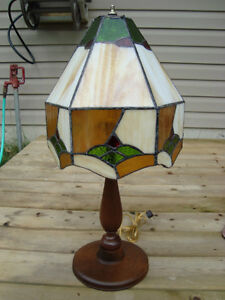 VINTAGE CIRCA 1930 WALNUT & STAIN GLASS TABLE LAMP