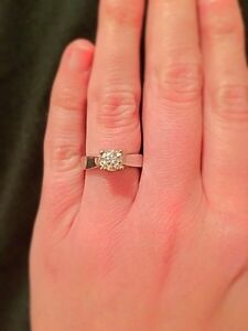Absolutely stunning 1.00 CT TW Diamond Engagement Ring