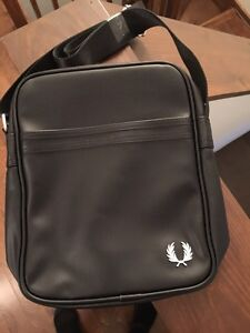 NEW Fred perry messenger bag leather NEW NEVER USED