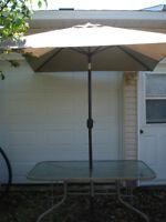 Parasol avec pied et table rectangulaire 75$