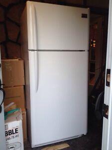White 18 cu ft fridge with top freezer Kingston Kingston Area image 3