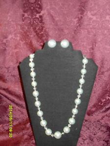 Vintage jewellery Set - Single strand necklace with earrings