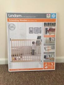 Brand new in box Lindam extending wooden stair gate