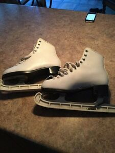 Women's Figure skates - size 6 London Ontario image 1