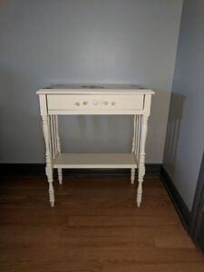 Petite table blanche