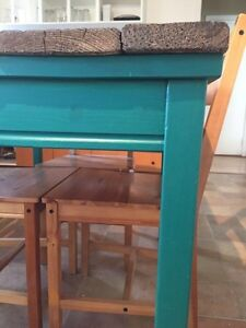 Cute Country Style Kitchen Table + 4 chairs. Pallet wood top West Island Greater Montréal image 4