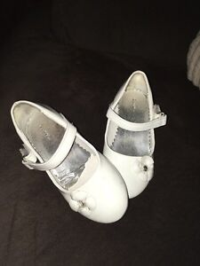 Cute white little girls shoes! Size8