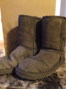 UGGS Chocolate Brown. Size 8