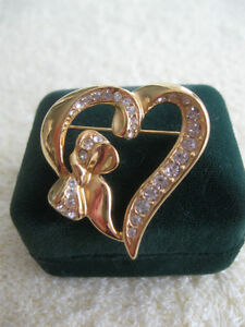 "CHARMING OLD VINTAGE ""PEG-of-MY-HEART"" BROOCH from the '60's"