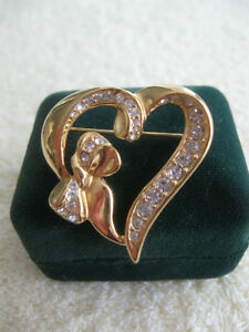 """CHARMING OLD VINTAGE """"PEG-of-MY-HEART"""" BROOCH from the '60's"""
