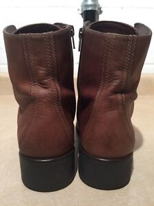 Women's Clarks Leather Boots Size 9 London Ontario image 5