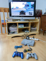 Playstation 1 + 2 controllers + 8 games