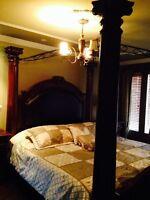 Luxueux ensemble de chambre, lit King baldaquin, bureau, tables