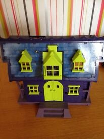 Scooby doo house and figures