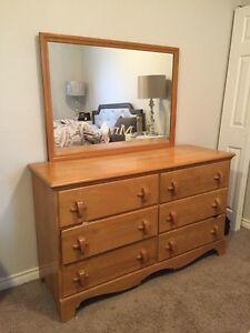 Maple dresser and mirror, Great condition!