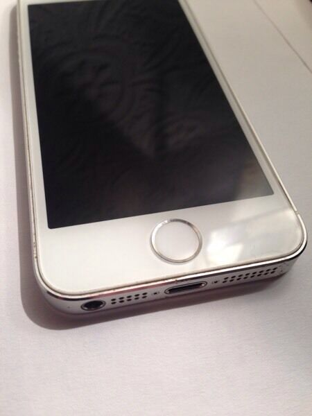 Apple iPhone 5s Immaculatein AberdeenGumtree - Apple iPhone 5s Silver, 16Gig OS 10.2. with charger and pc cable. Lovely iPhone on EE, t mobile, with Retina Display , iSight camera, fast A7 chip, Identity sensor, etc.. Only used for a couple of months, immaculate condition, make nice Gift