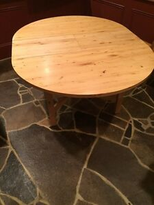 Round dining table (built in leaf) Kawartha Lakes Peterborough Area image 2