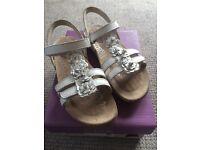 Clarks Rio Fleur Leather sandals, white, size 9 F, EU 27