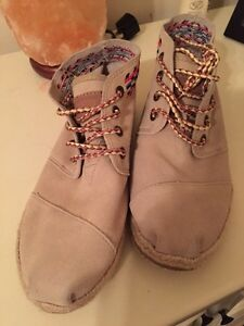 Size 7.5 Toms shoes
