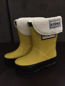 Stonz rain boots - size 4 toddler - with liners