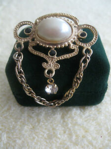 ADORABLE VINTAGE GOLDTONE BROOCH with FAUX PEARL / CUBIC GEMSTON
