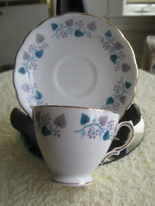 """GORGEOUS OLD VINTAGE """"ROYAL VALE"""" CHINA CUP & SAUCER"""