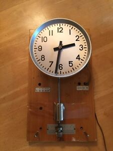 Mid-Century Antique Internal Pendulum Electric Clock West Island Greater Montréal image 3