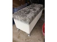 Nice ottoman. Excellent condition!