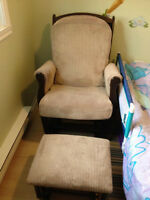 Glider and Ottoman / Chaise bercante et repose pied