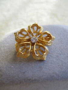 TINY OLD VINTAGE GOLDTONE FILIGREED FLORAL BROOCH with CUBIC