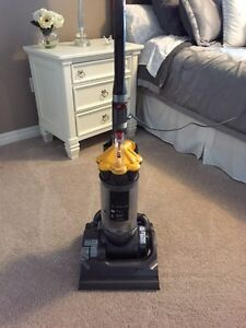 LIKE NEW! Dyson DC 33 Vacum