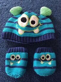 Newborn winter woollen hat and mittens