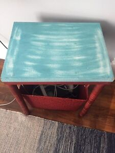 Coffee / end table and storage basket