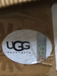 Brand new in box Ugg shoes for Girls size US 1, EU 31 West Island Greater Montréal image 3