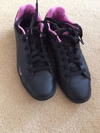 Nike black trainers size 4