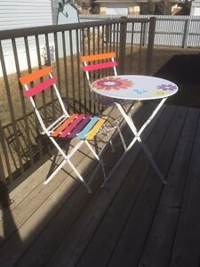 Indoor/outdoor kids Table wi 2 chairs
