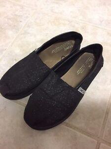 Girl Toms Size 4 Black shimmer  London Ontario image 1