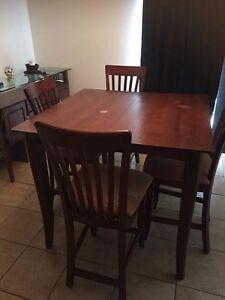Table de cuisine, 4 chaises et bahut