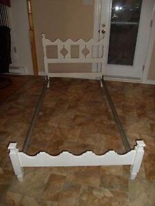 Lit simple (39 pouces) en bois et base en métal