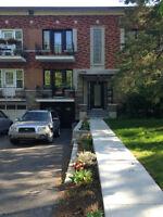 Bas de duplex rénové Ahuntsic, 3 chambres, cour et stationnement