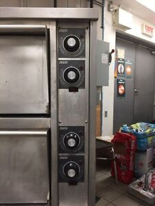 Zesto double pizza oven very clean on casters  Gatineau Ottawa / Gatineau Area image 2