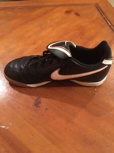 Girls indoor soccer shoes London Ontario image 1