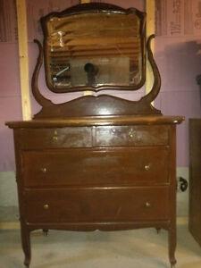 Bureau antique avec miroir