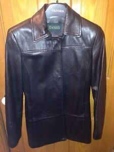 Danier Women's Leather Jacket  Size 6-8 -Small