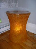 Podium, petite table, lampe en lucite orange (222)