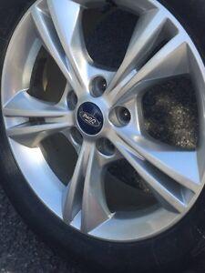 4 pneus  d'hiver (205/60/16) avec mags ford