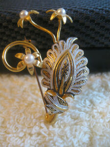 EXQUISITE OLD VINTAGE GOLDTONE / FAUX PEARL BROOCH  ['60's]
