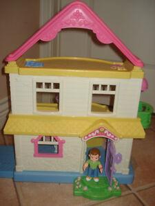 Maison poupée Fisher Price avec personnages West Island Greater Montréal image 1