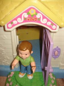 Maison poupée Fisher Price avec personnages West Island Greater Montréal image 5